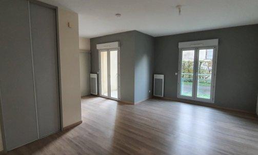 Pièce de vie d'un appartement rénové